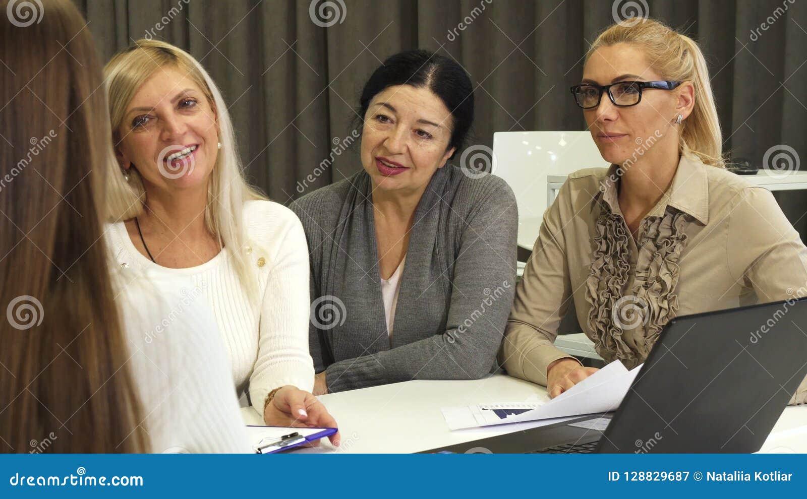 Trois femmes d affaires interviewant le nouvel employé pour le travail au bureau