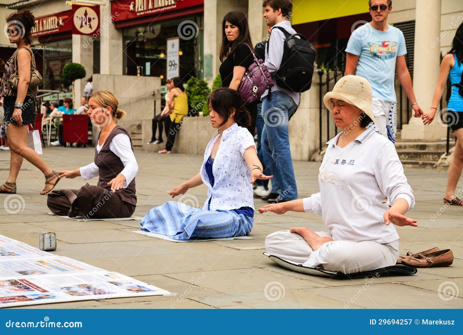 Trois femmes méditant