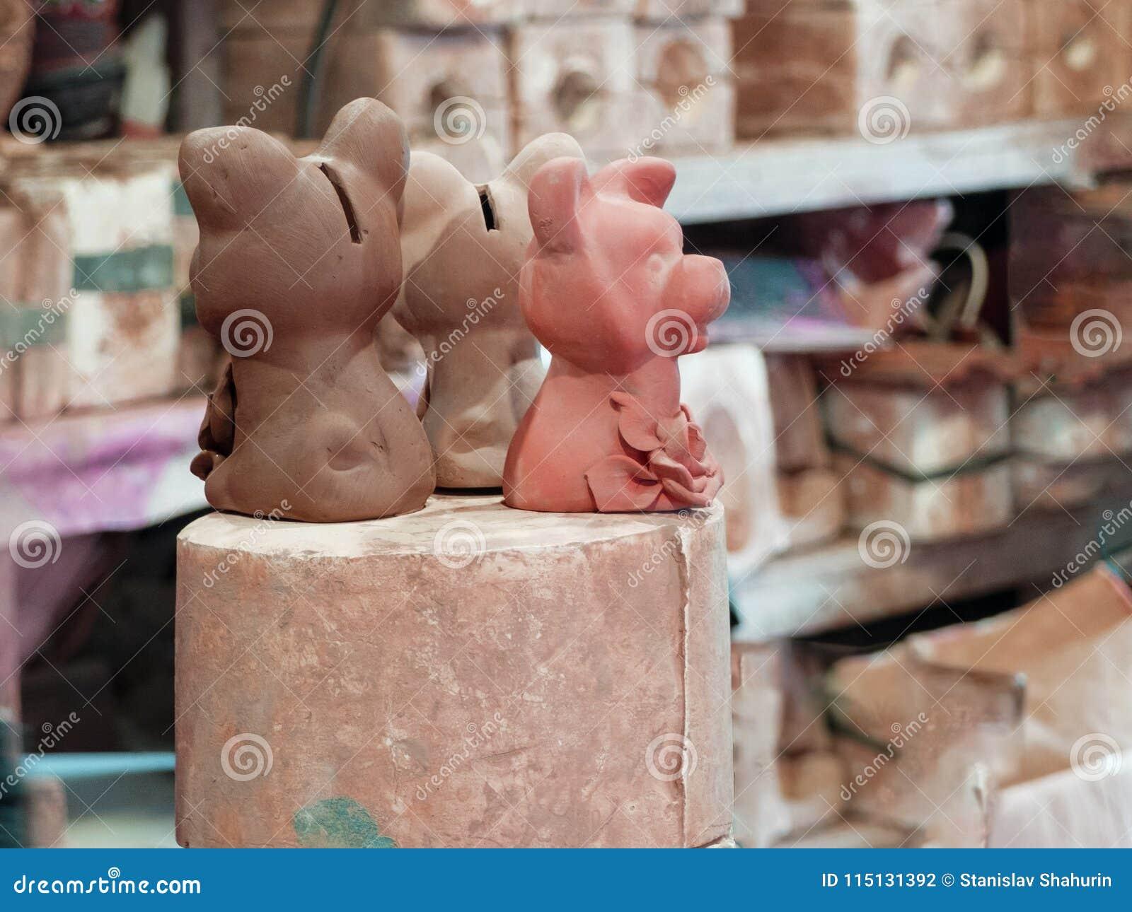 Trois figurines d argile des chiens handcrafted dans le lieu de travail