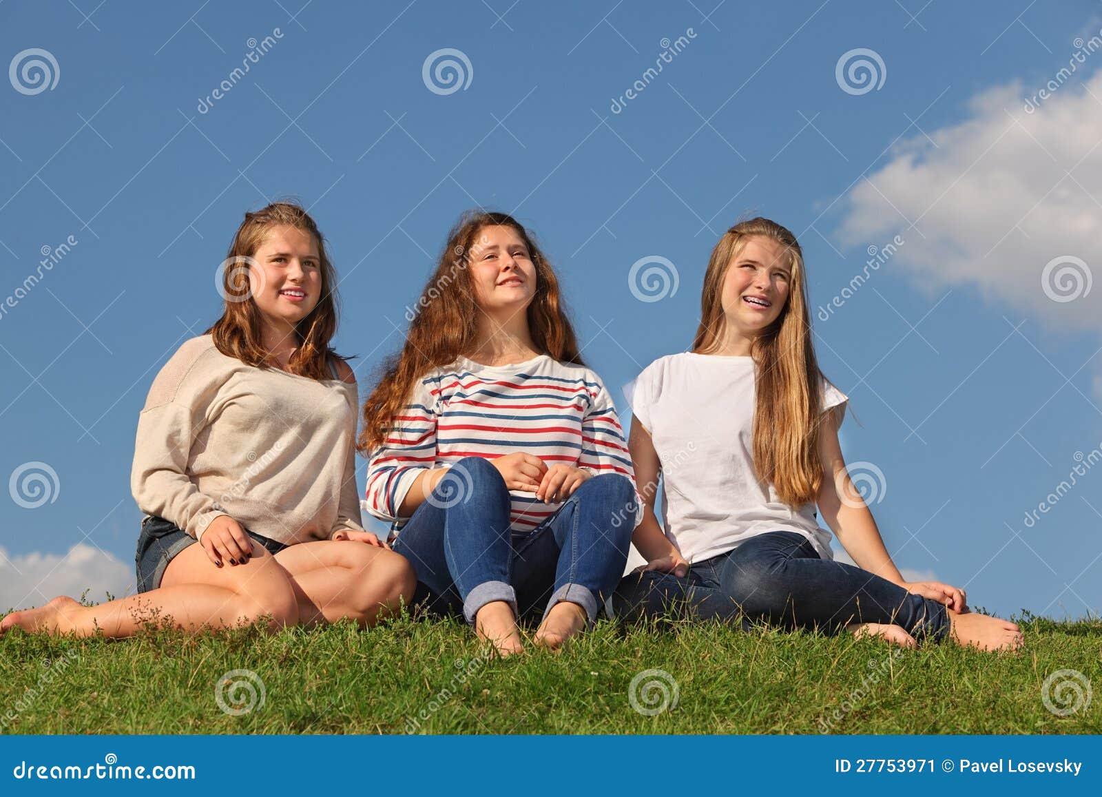 Trois filles aux pieds nus s asseyent et examinent la distance