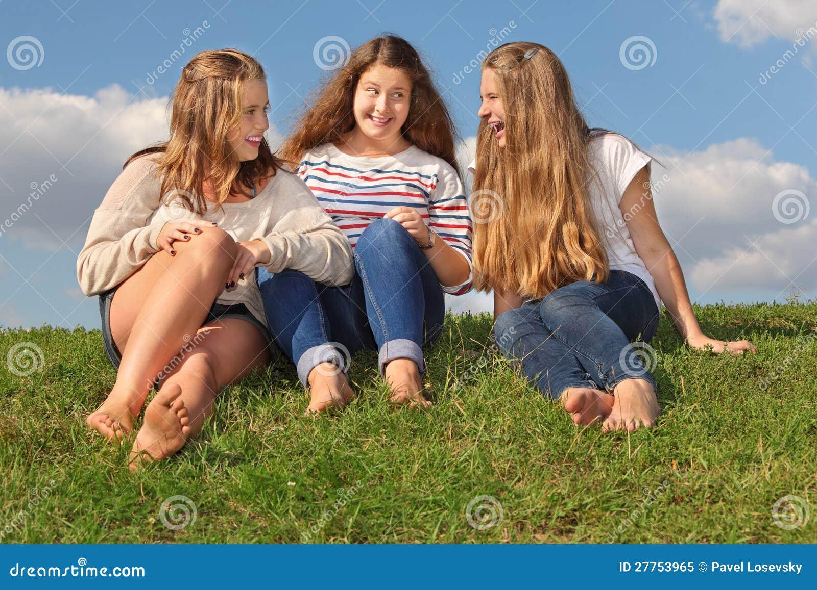 Trois filles s asseyent à l herbe, à la causerie et au rire