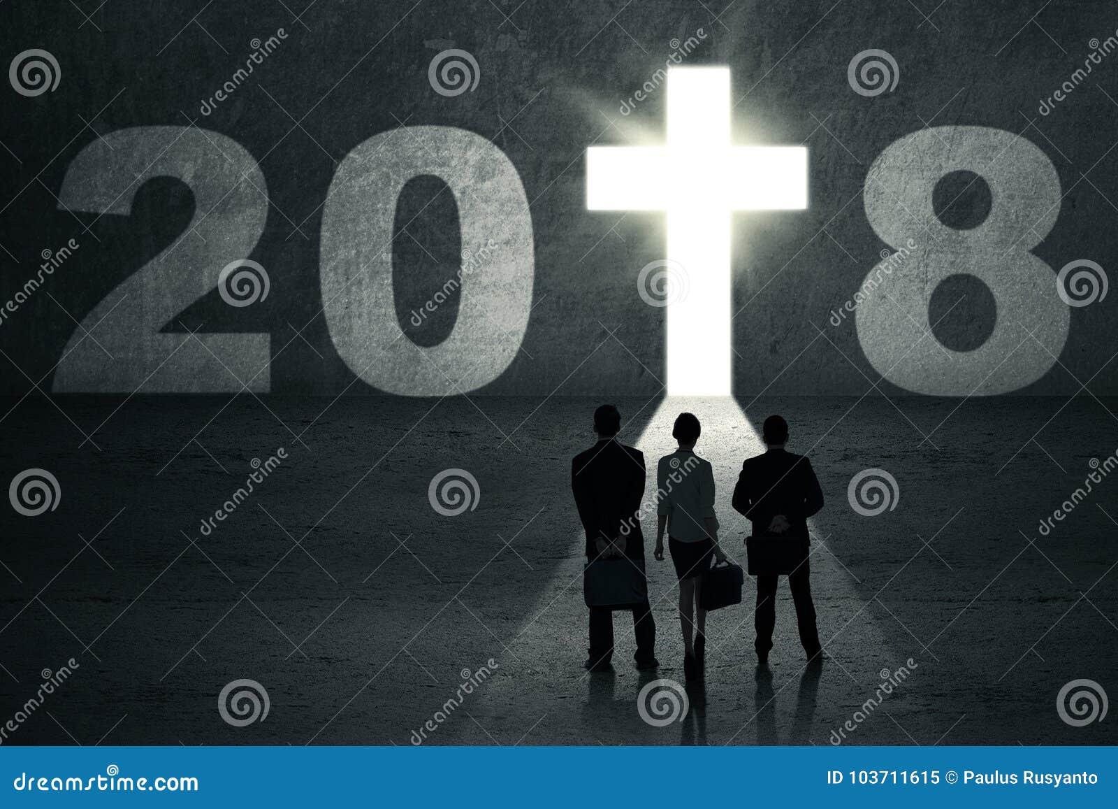 Trois gens d affaires avec le crucifix brillant