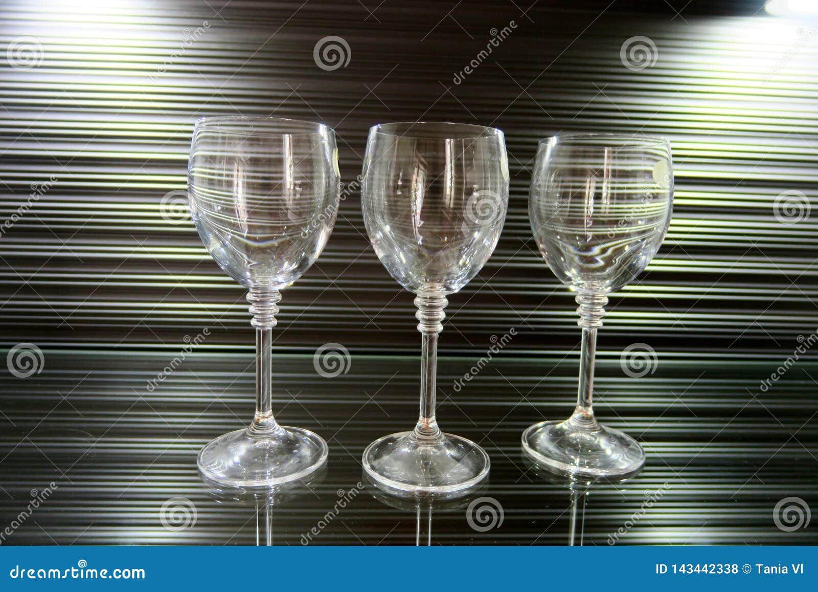 Trois hauts verres transparents sur un beau fond brun