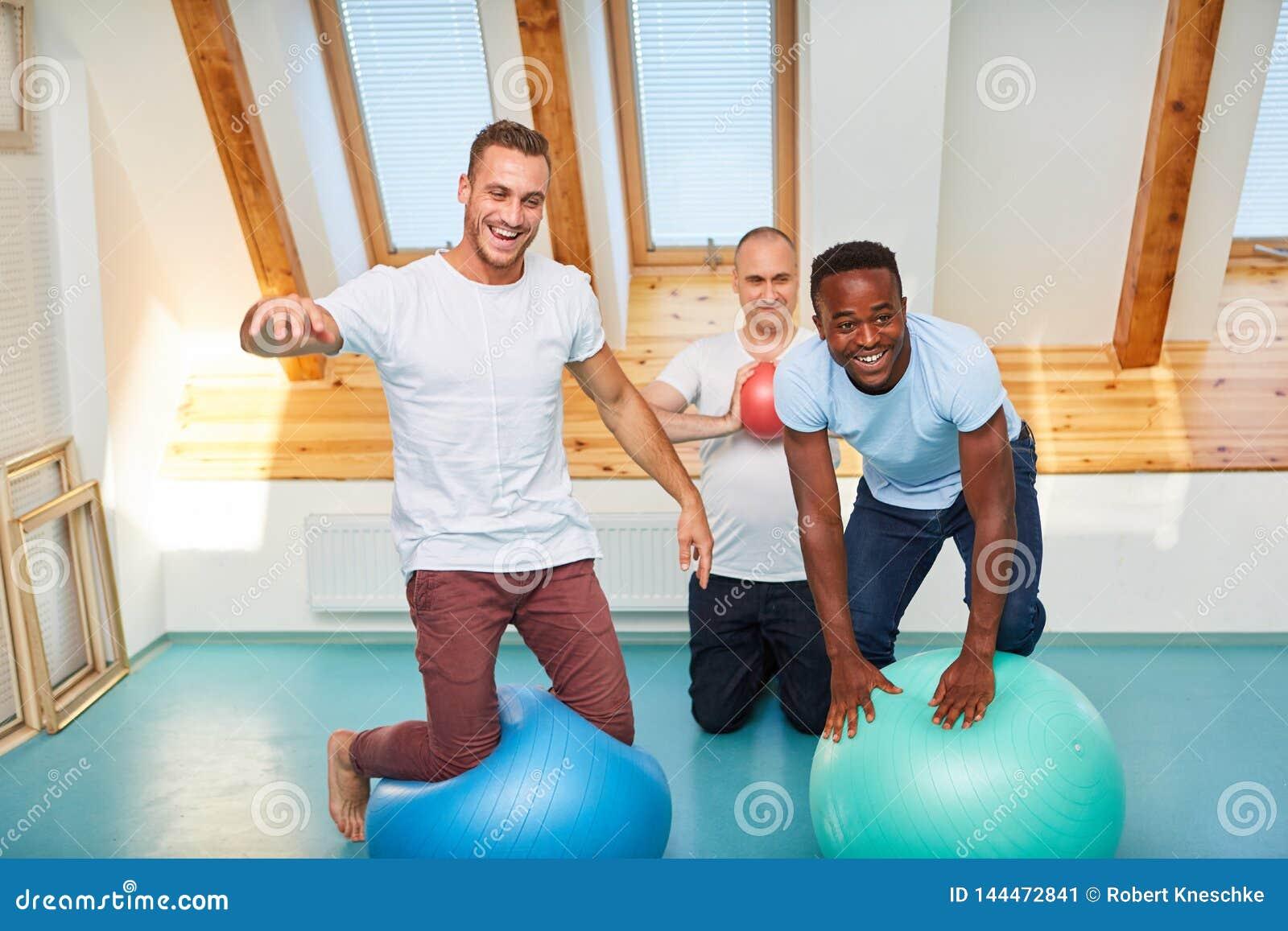 Trois hommes avec la boule de stabilité ont l amusement