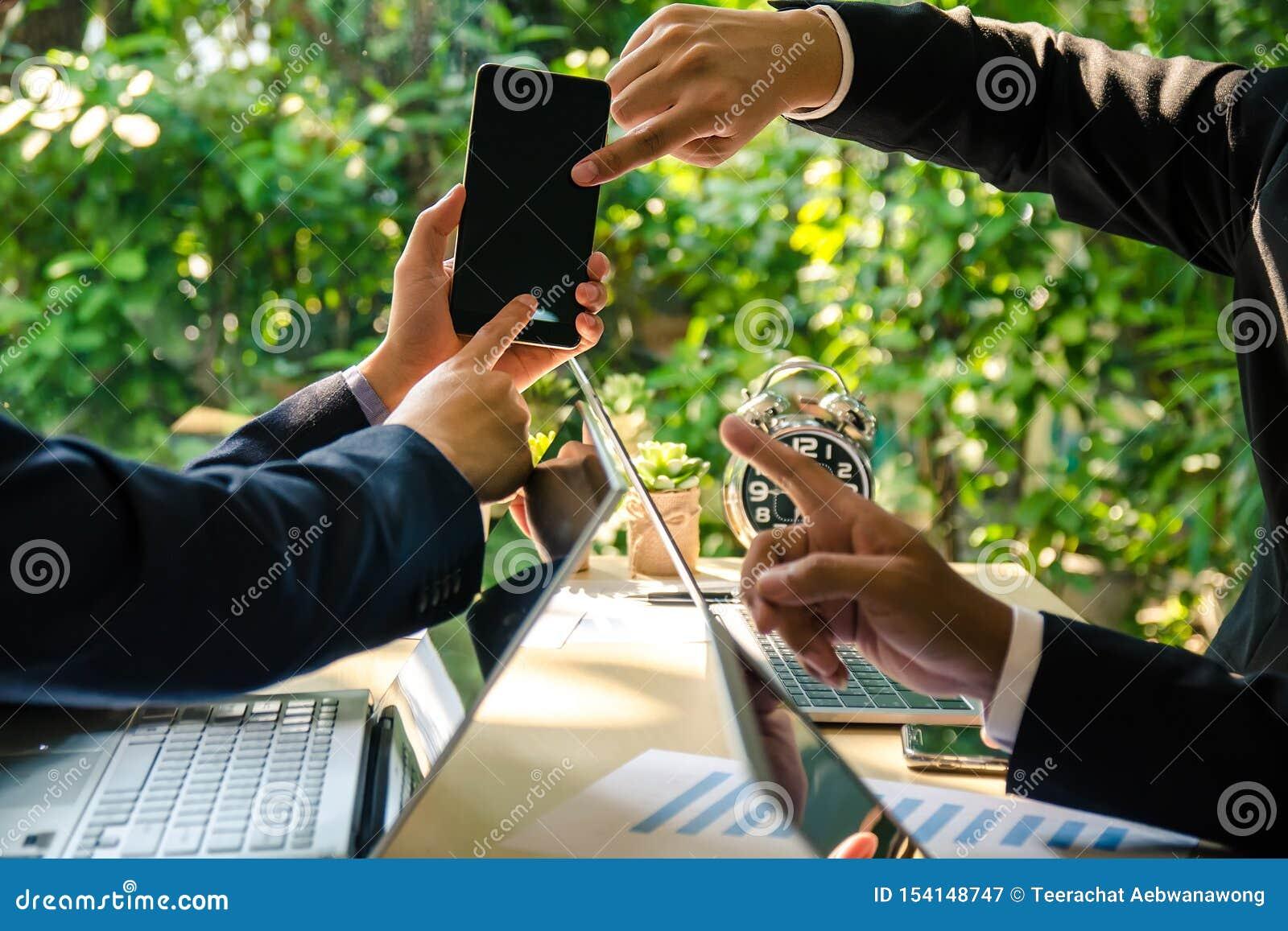 Trois hommes d affaires discutent l affaire au téléphone portable Concept de technologie des communications