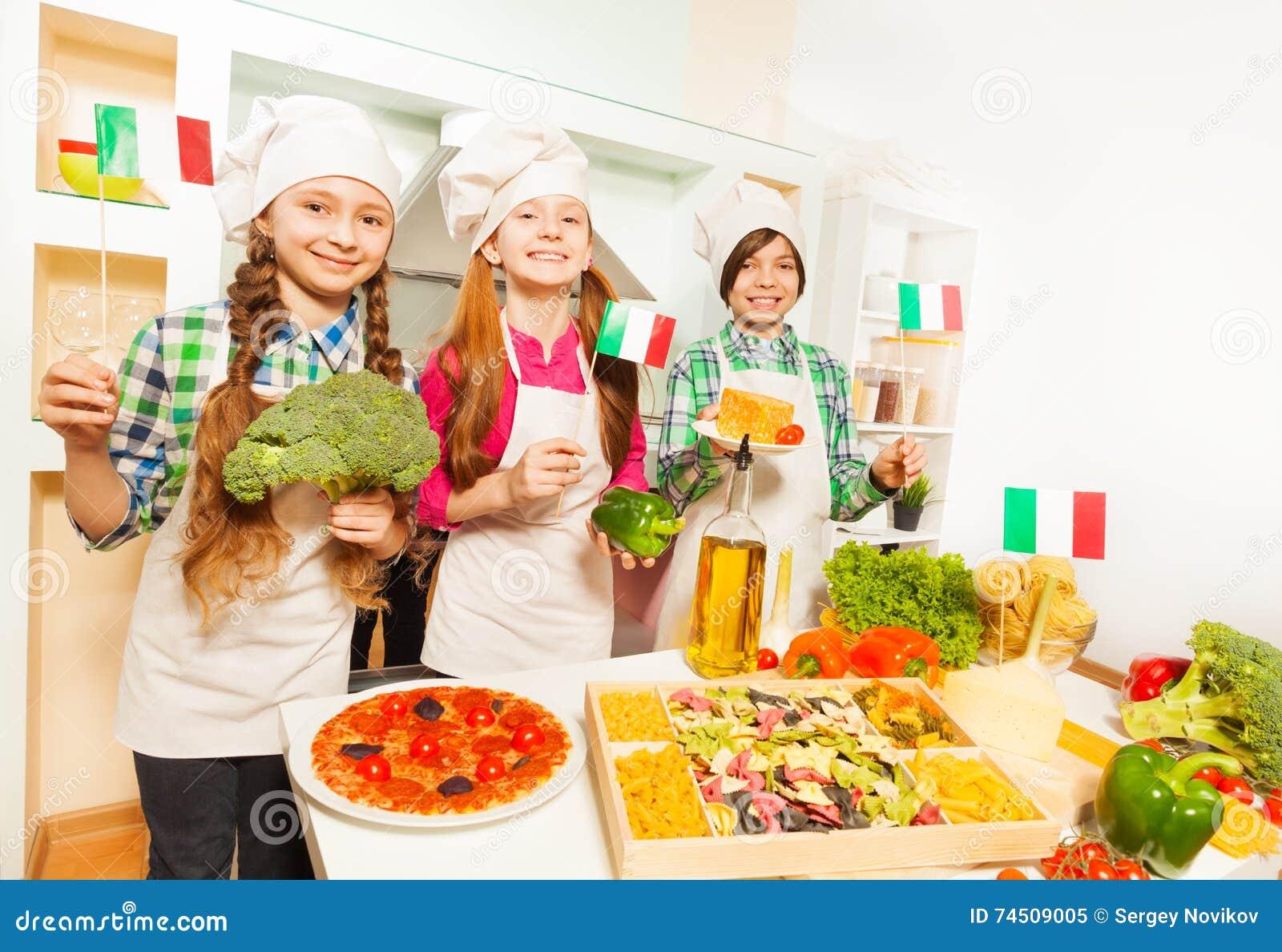 Trois jeunes cuisiniers d Italien à la cuisine