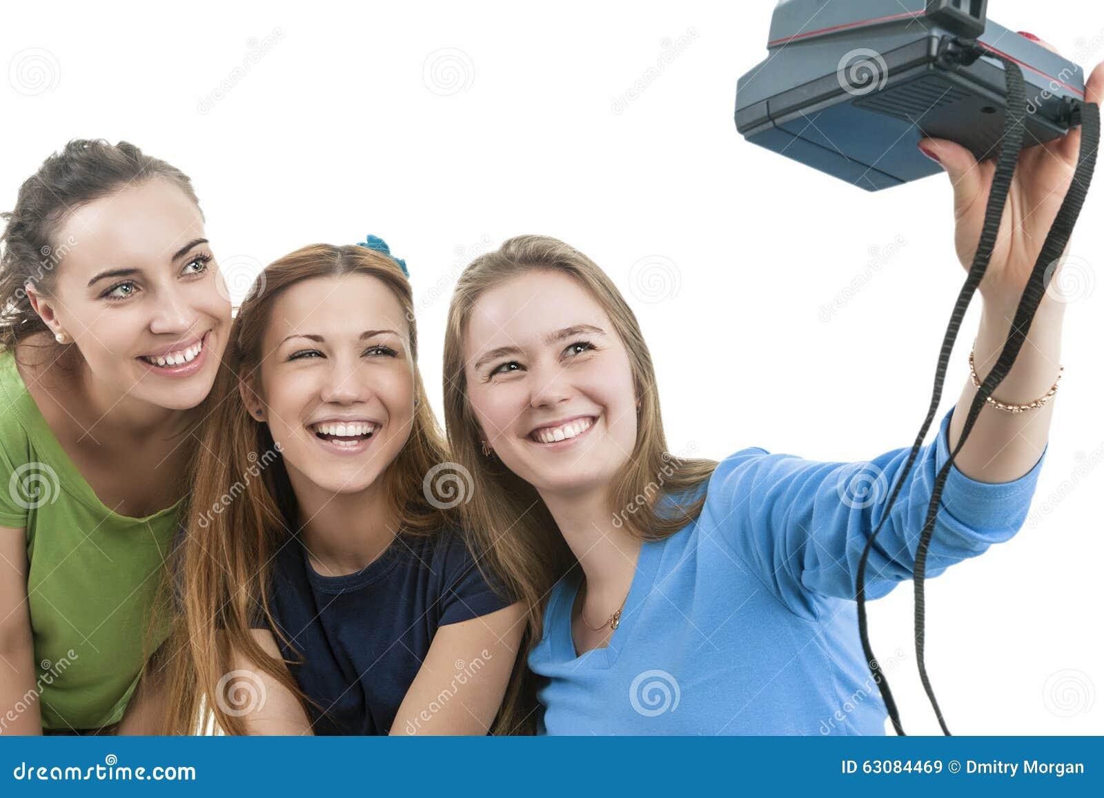 Download Trois Jeunes Femelles Caucasiennes Heureuses Avec Photocamera Prenant L'individu Image stock - Image du caucasien, sourire: 63084469