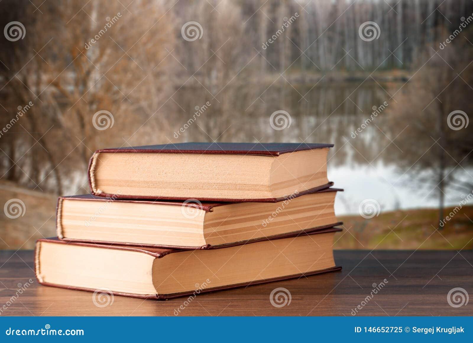Trois livres sur le bureau sur le fond