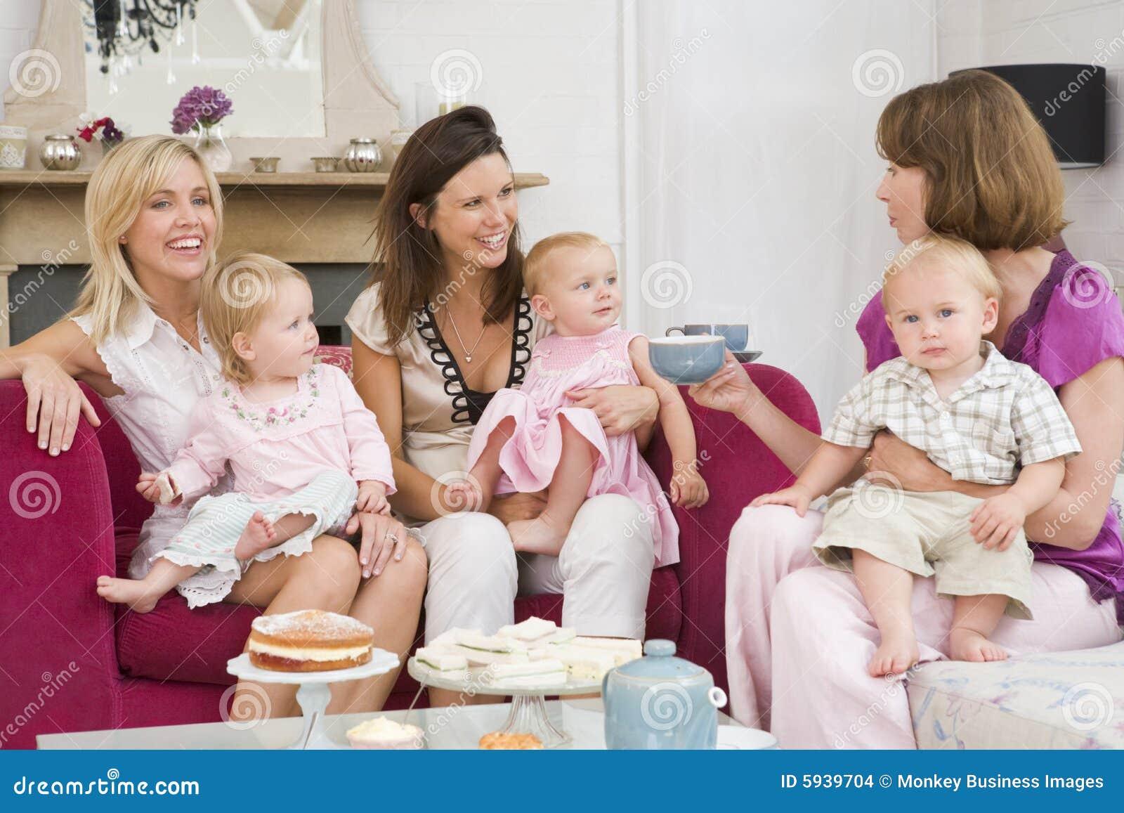 Trois mères dans la chambre avec les chéris et le café