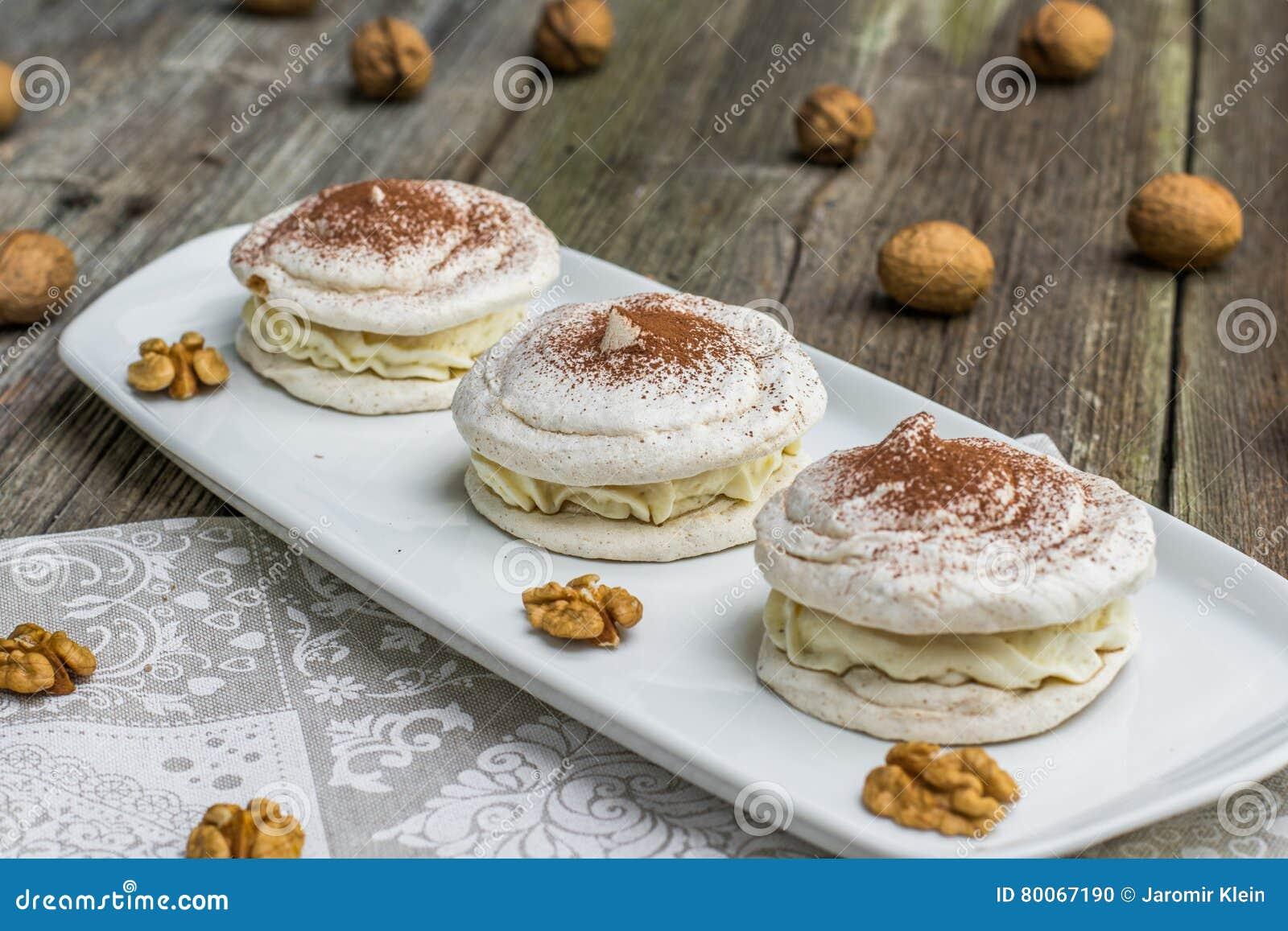 Trois meringues de noix avec du cacao avec des noix à l arrière-plan
