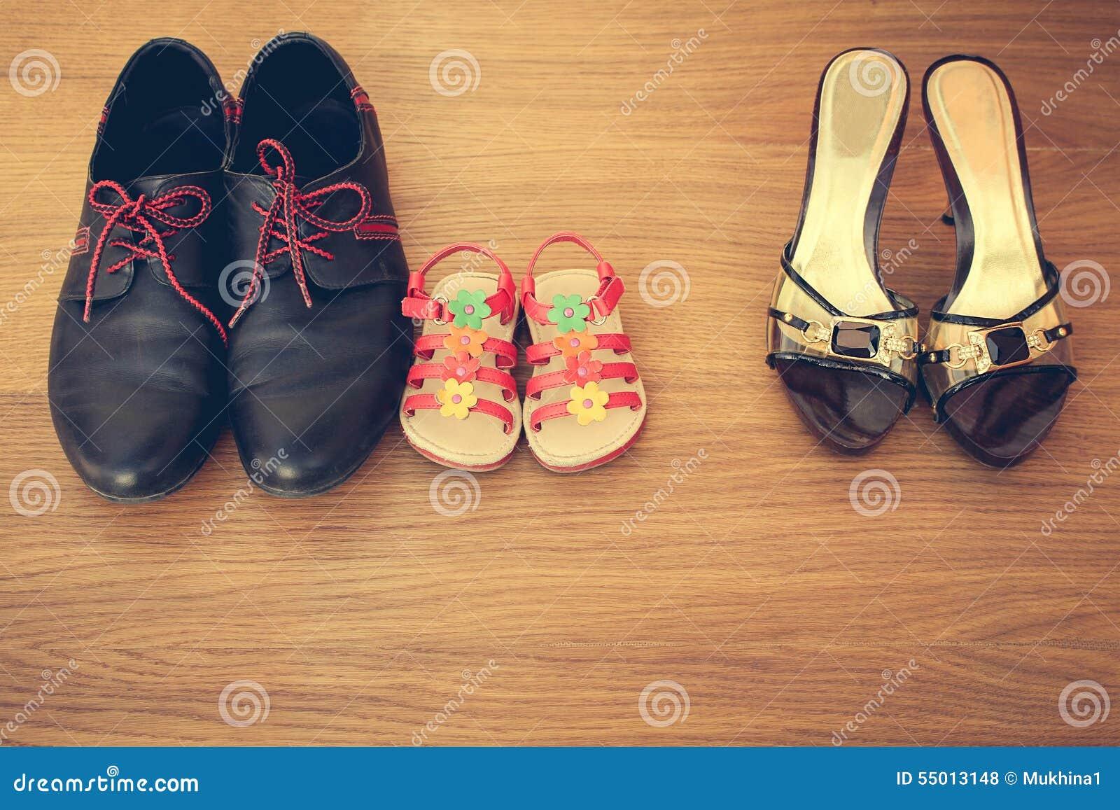 Trois paires de chaussures : hommes, les femmes et les enfants