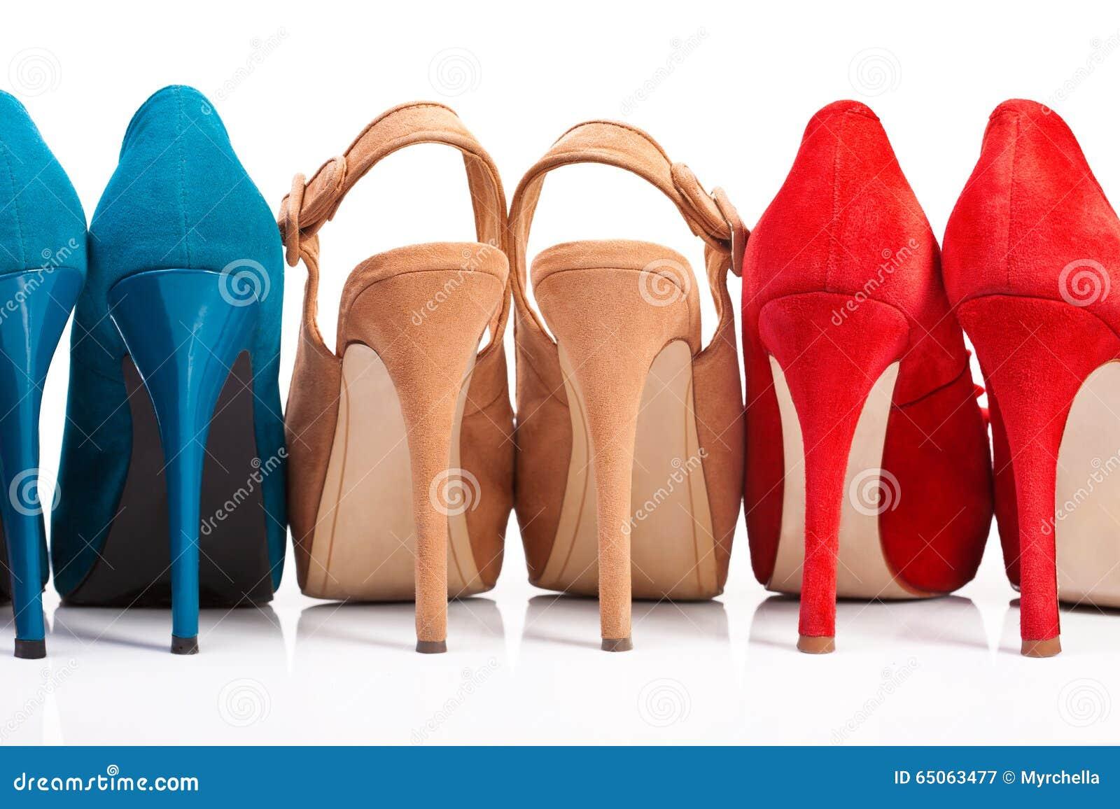 Trois paires des chaussures des femmes avec