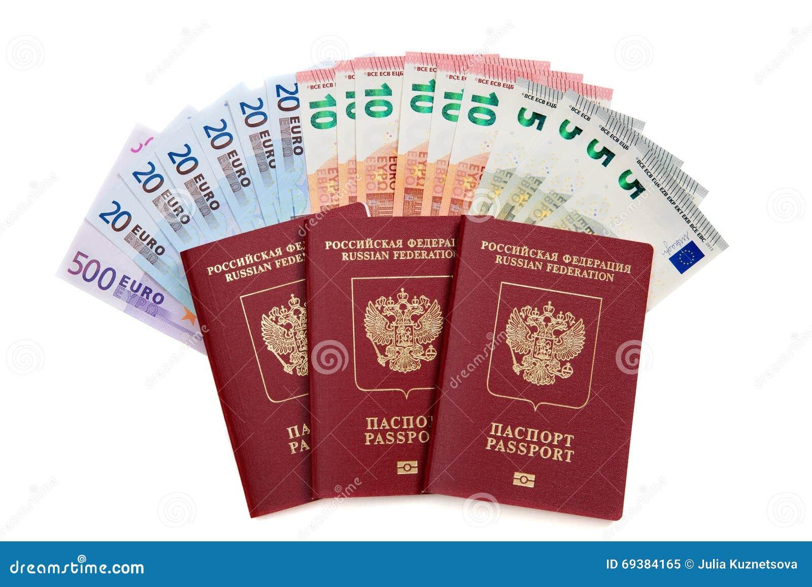 Trois passeports russes avec la fan d euro billets de banque