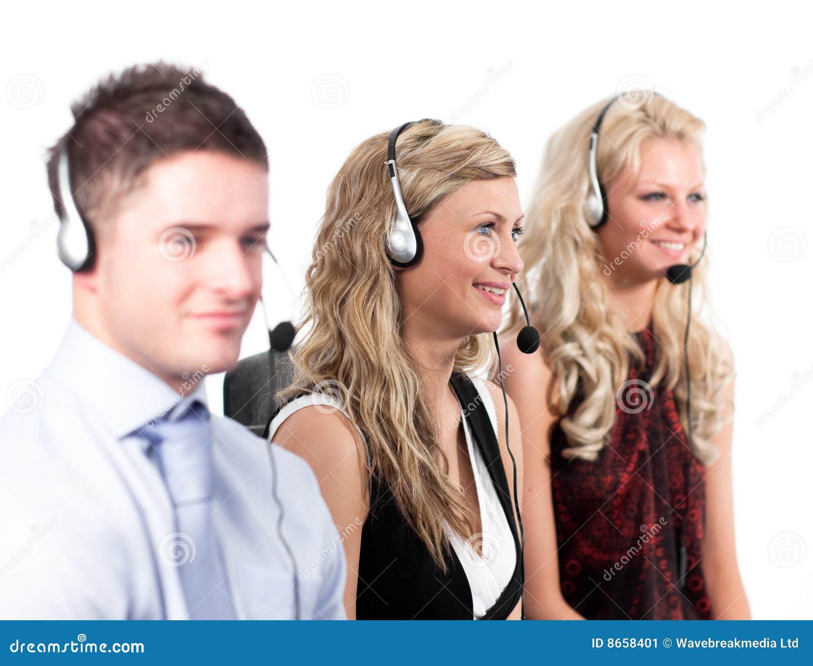 Trois personnes à un centre d appel
