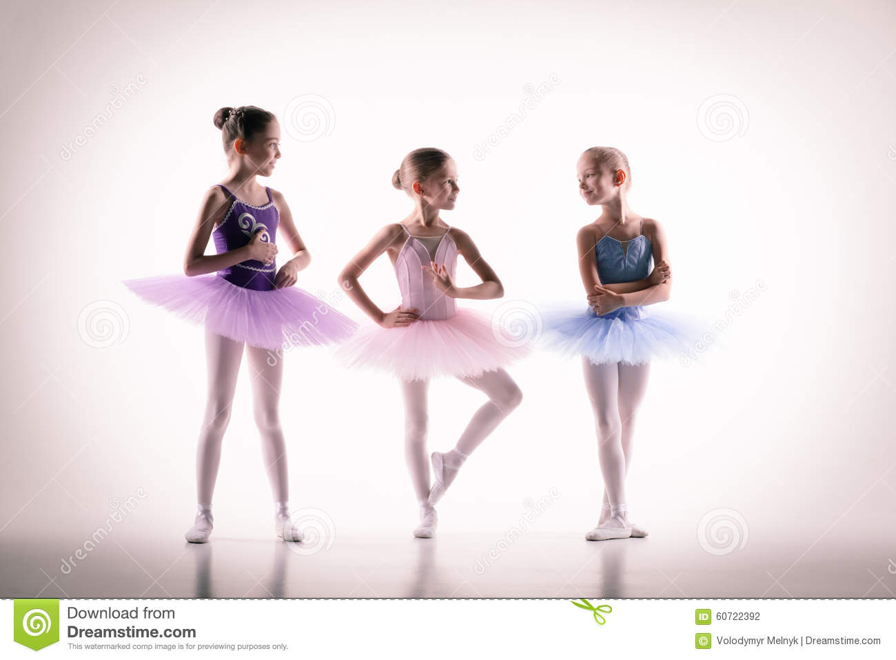 trois petites ballerines dans le studio de danse photo stock image du classe ballerine 60722392. Black Bedroom Furniture Sets. Home Design Ideas