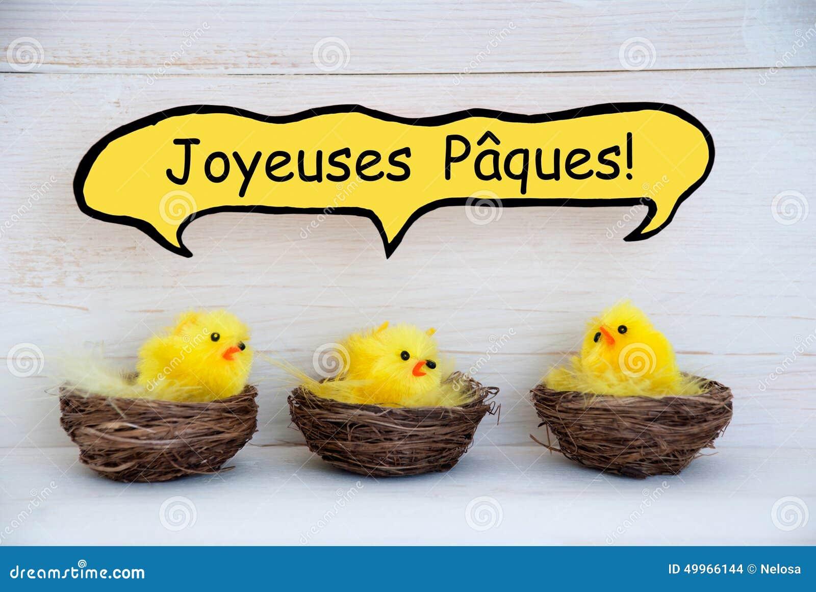 Trois poussins avec le Français comique Joyeuses Paques de ballon de la parole signifie Joyeuses Pâques