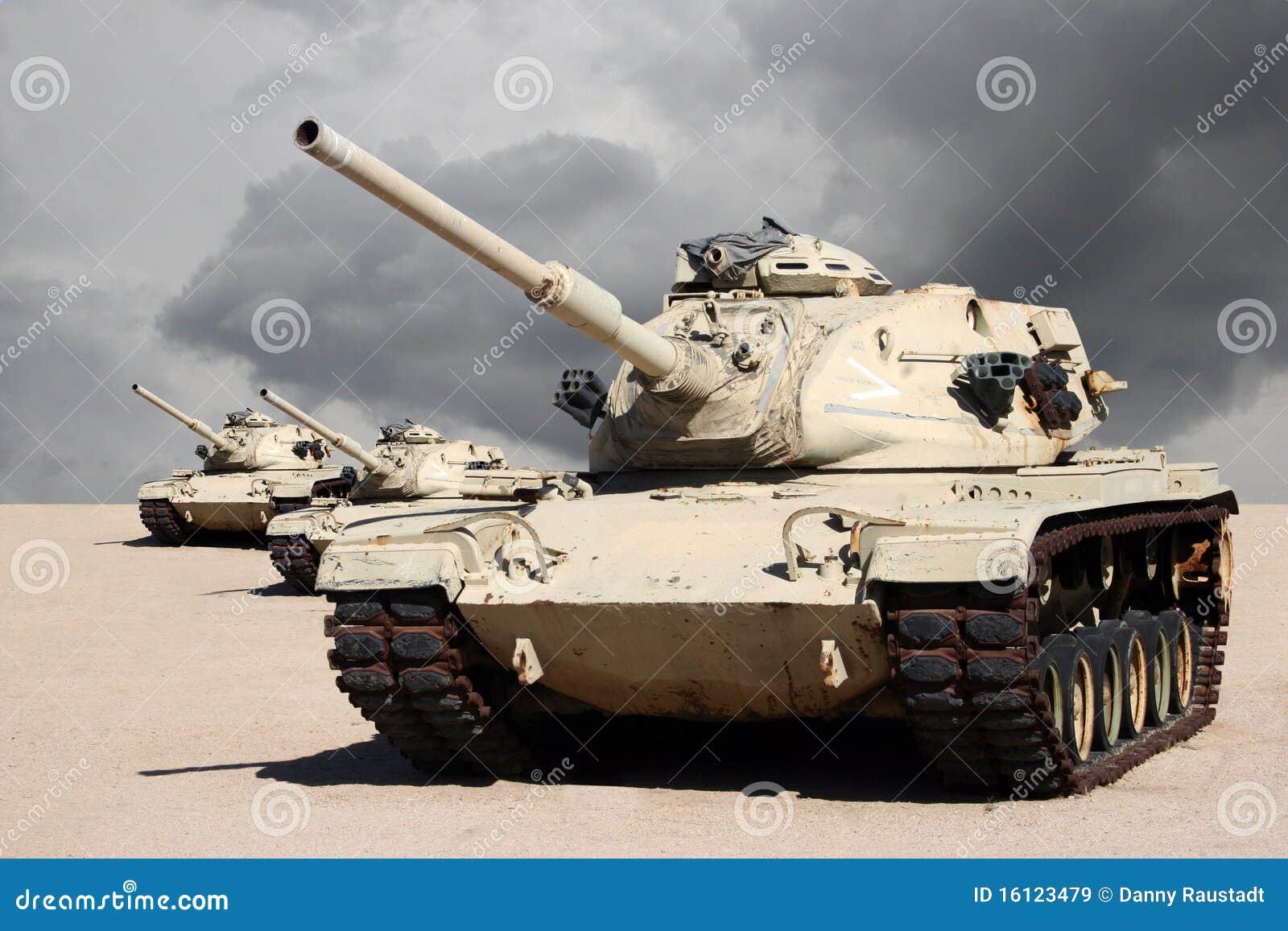 Trois réservoirs de guerre d armée dans le désert