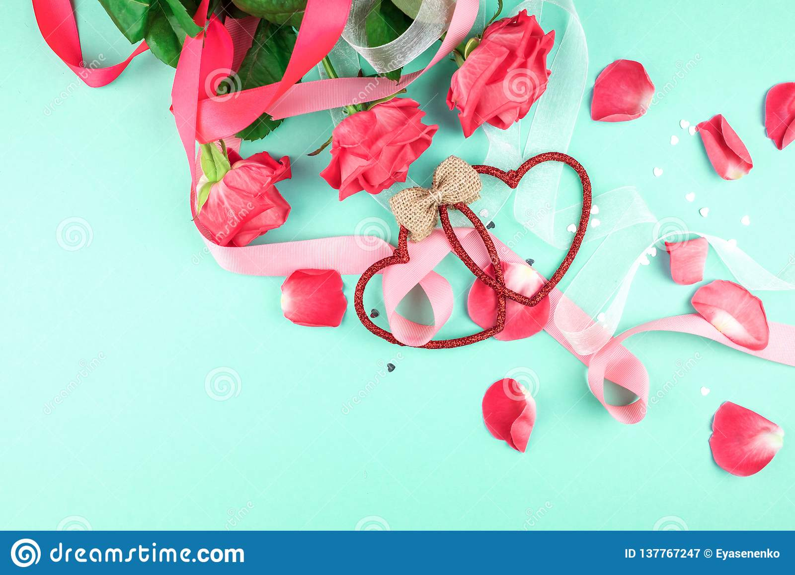 Trois roses rouges sur un fond vert