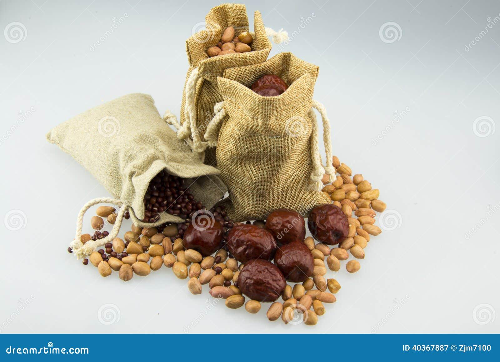 Trois sacs à toile de jute, ont été remplis d arachides, de dates rouges et de haricots rouges