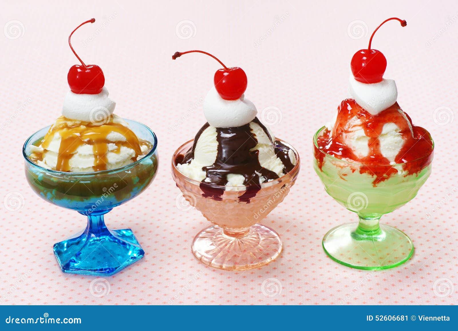 Trois saveurs des parfaits de crème glacée dans des plats en verre de vintage