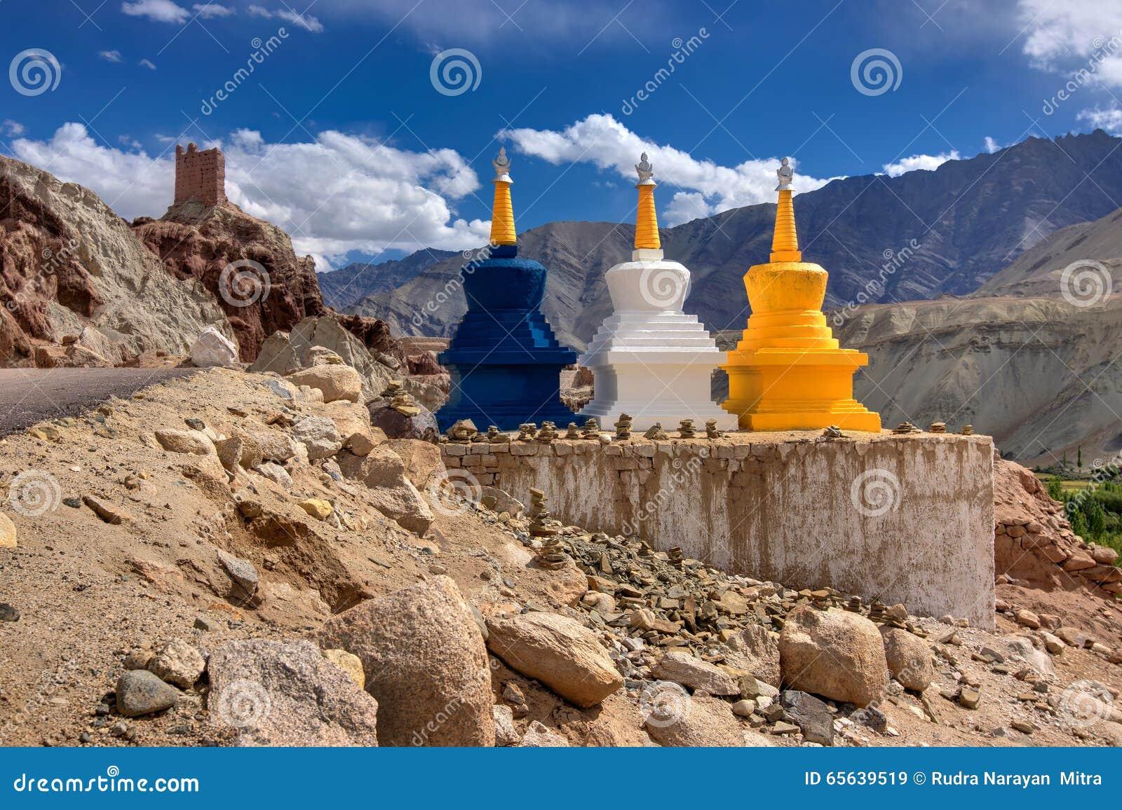 Trois stupas religieux bouddhistes colorés chez Basgo, Leh, Ladakh, Jammu-et-Cachemire, Inde