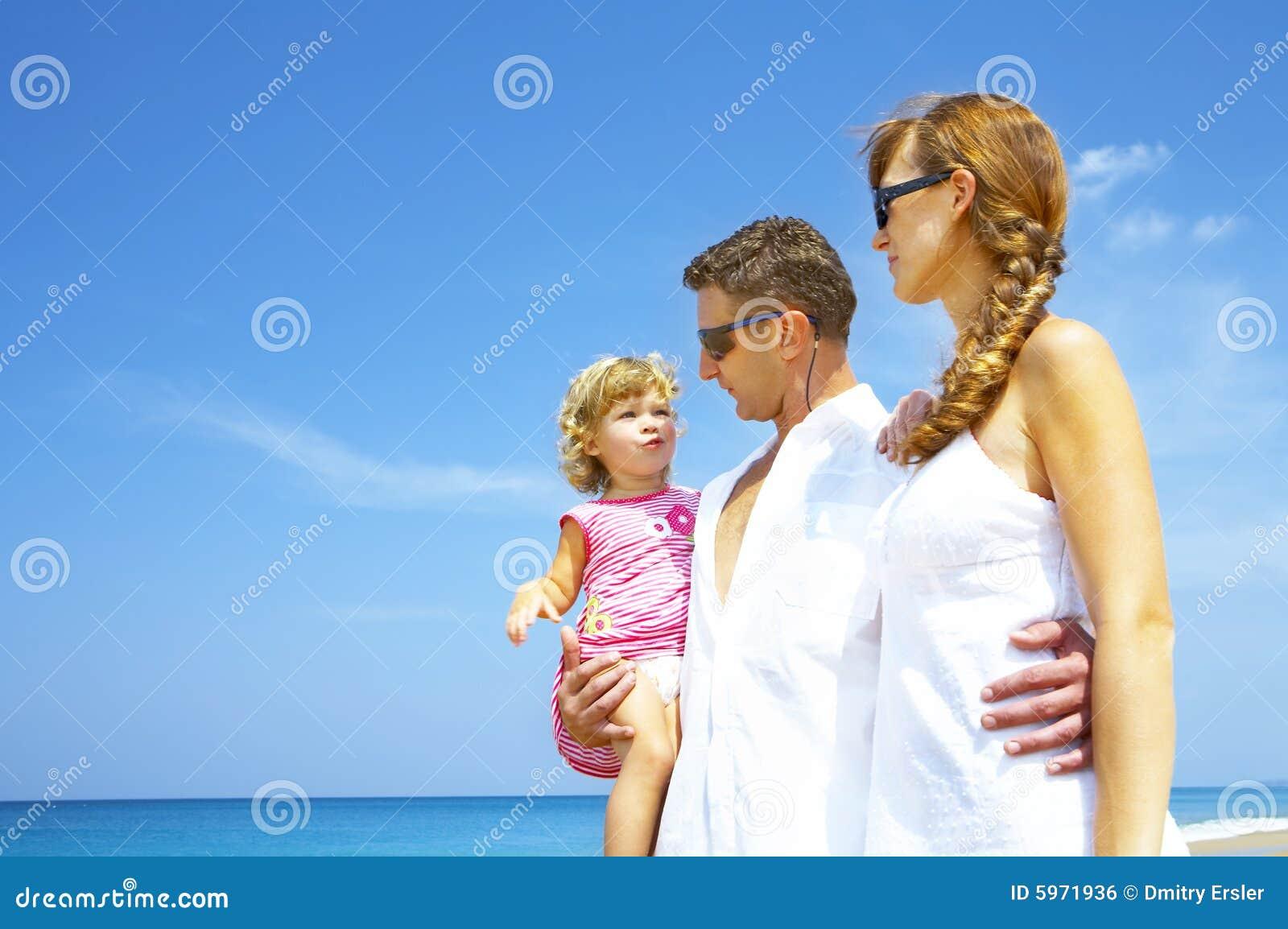Trois sur le rivage