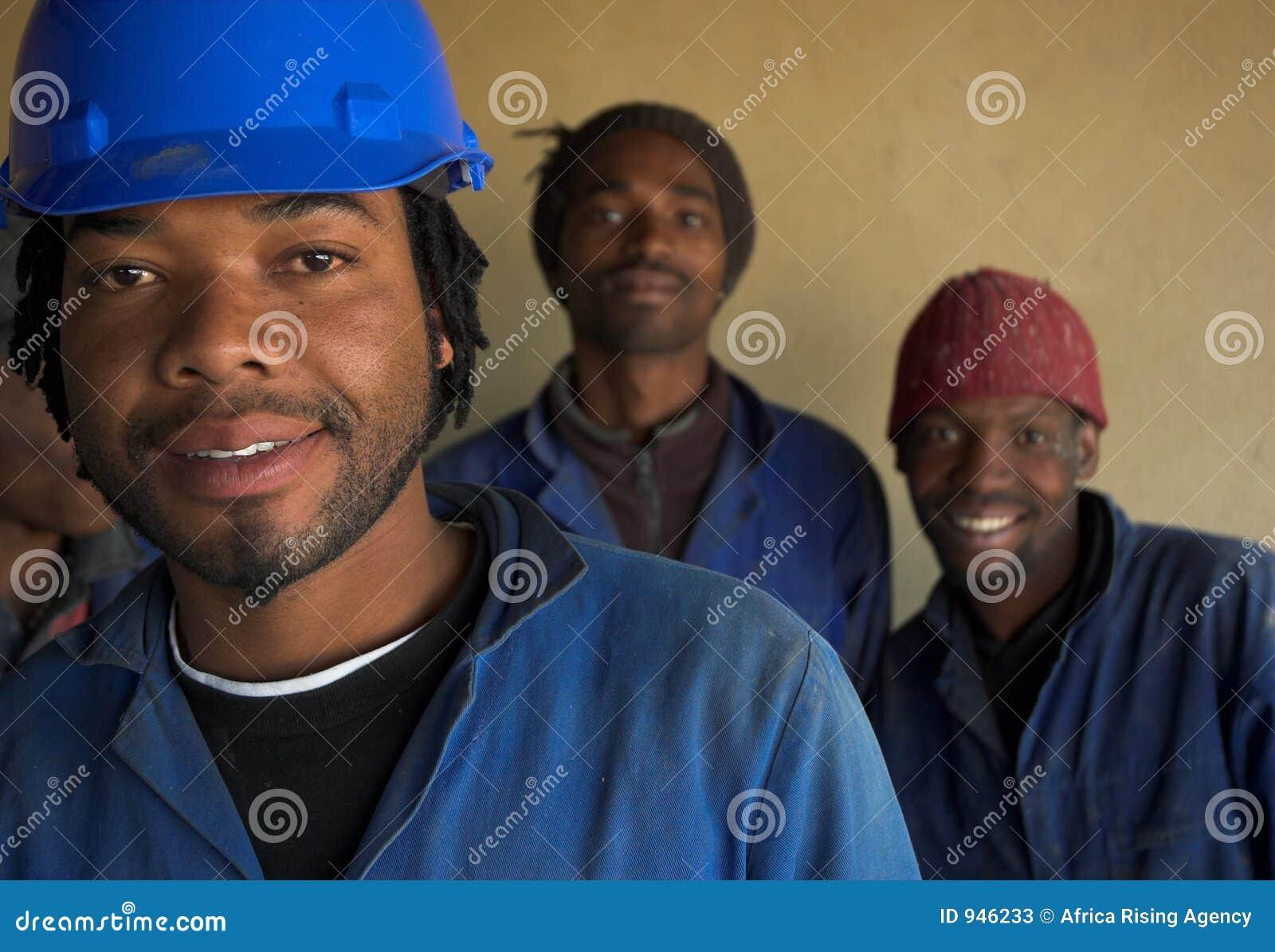 Trois travailleurs de la construction
