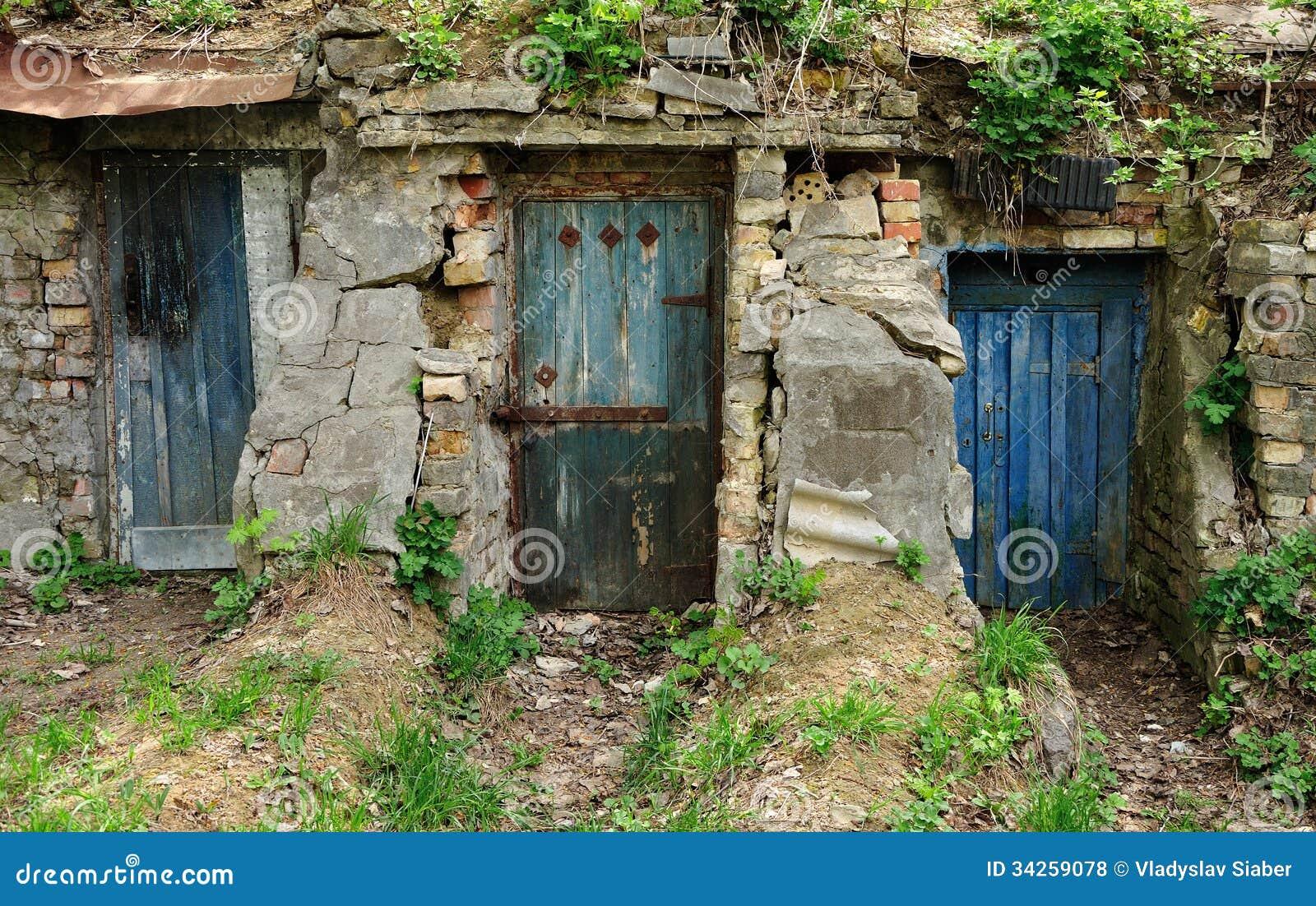 Trois Vieilles Portes En Bois Photo stock - Image du trappe, ruiné ...