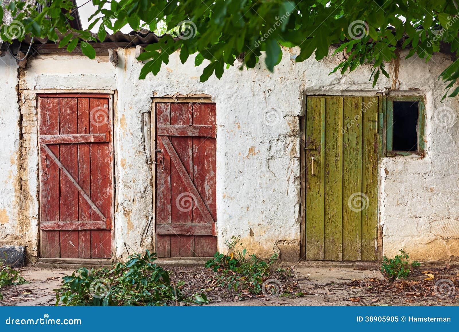 trois vieilles portes peintes en bois image stock image du architecture grange 38905905. Black Bedroom Furniture Sets. Home Design Ideas