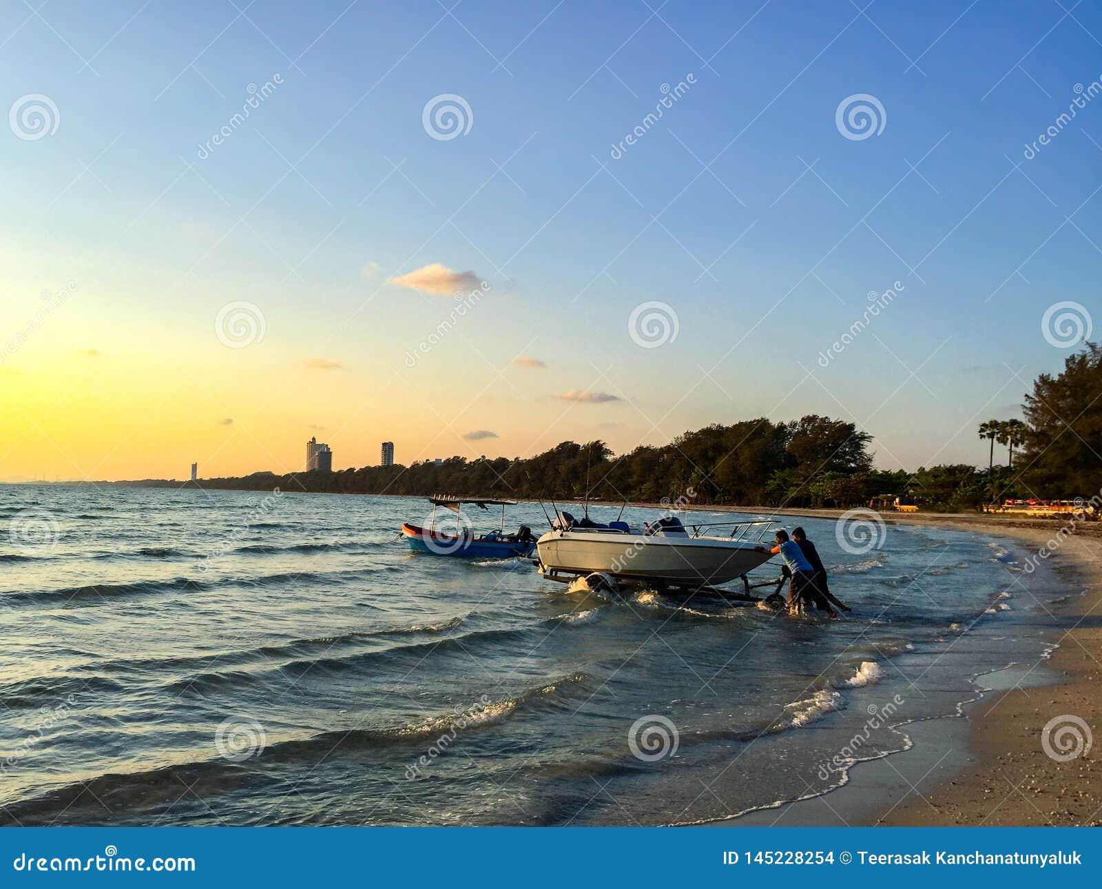 Trolleying łódź w morze