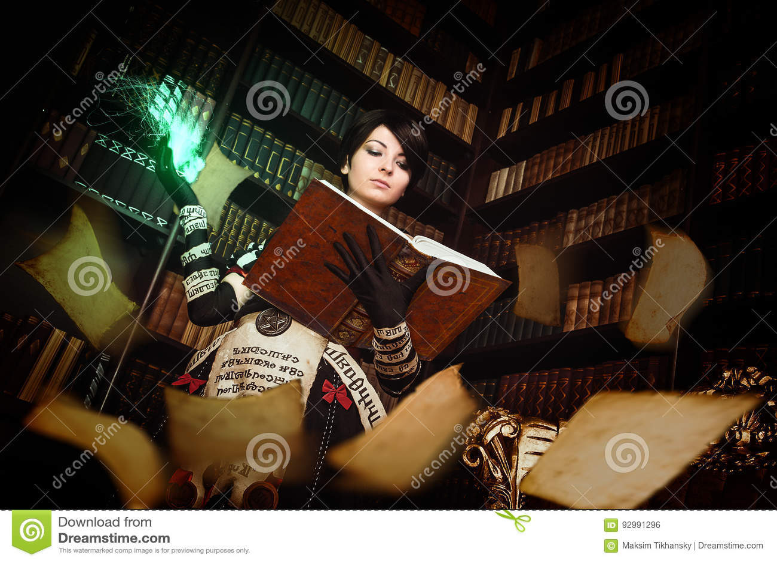 Trollkvinna med böcker