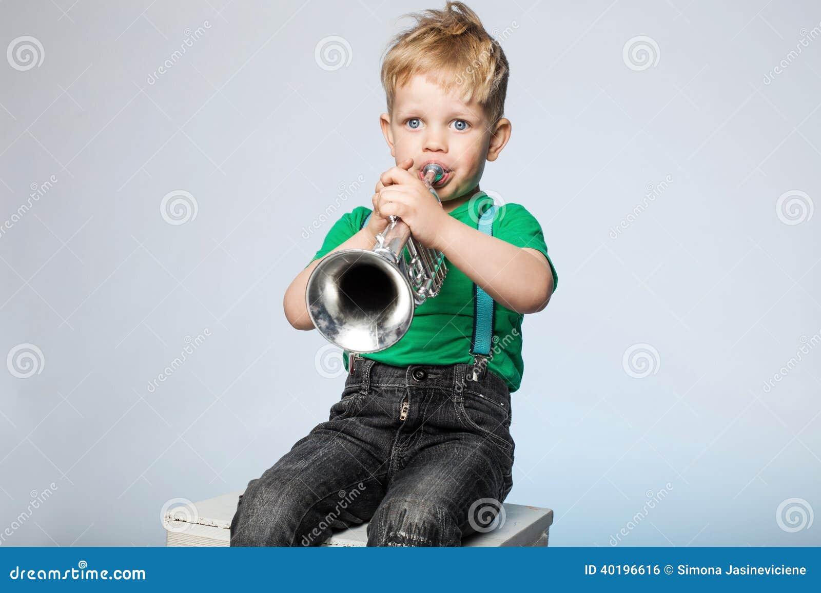 Trombeta de sopro da criança