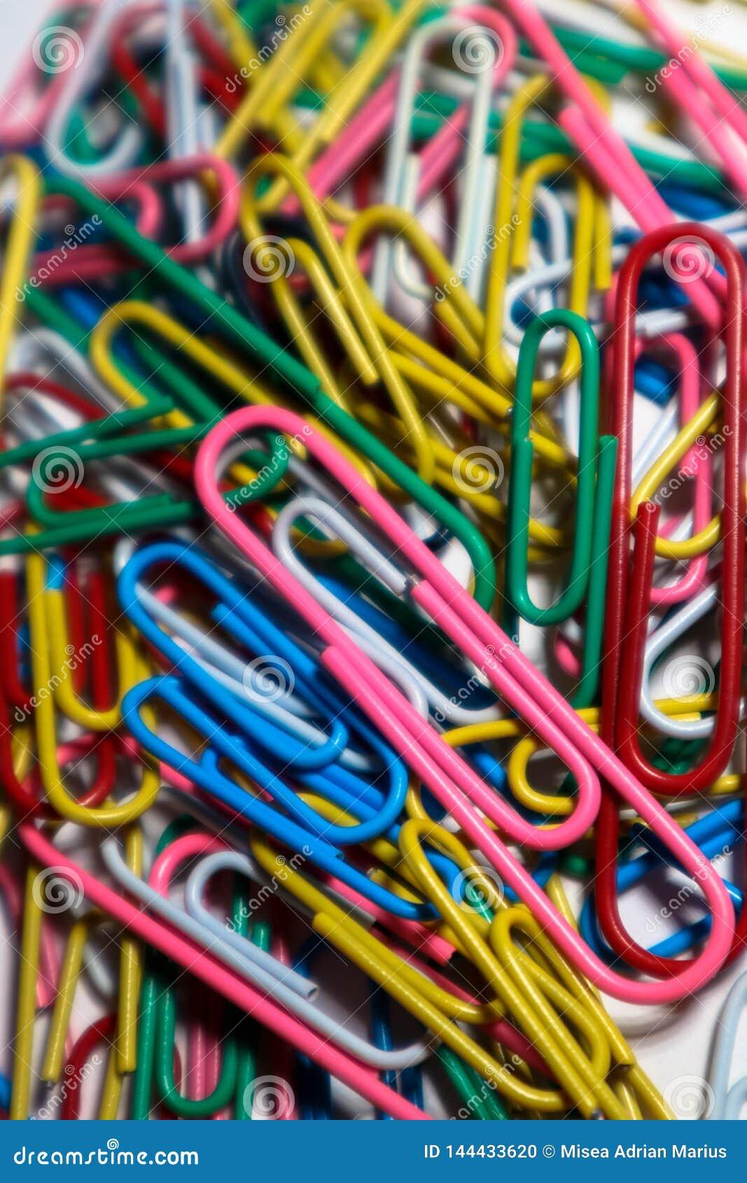 Trombones colorés empilés ensemble créant l image chaude
