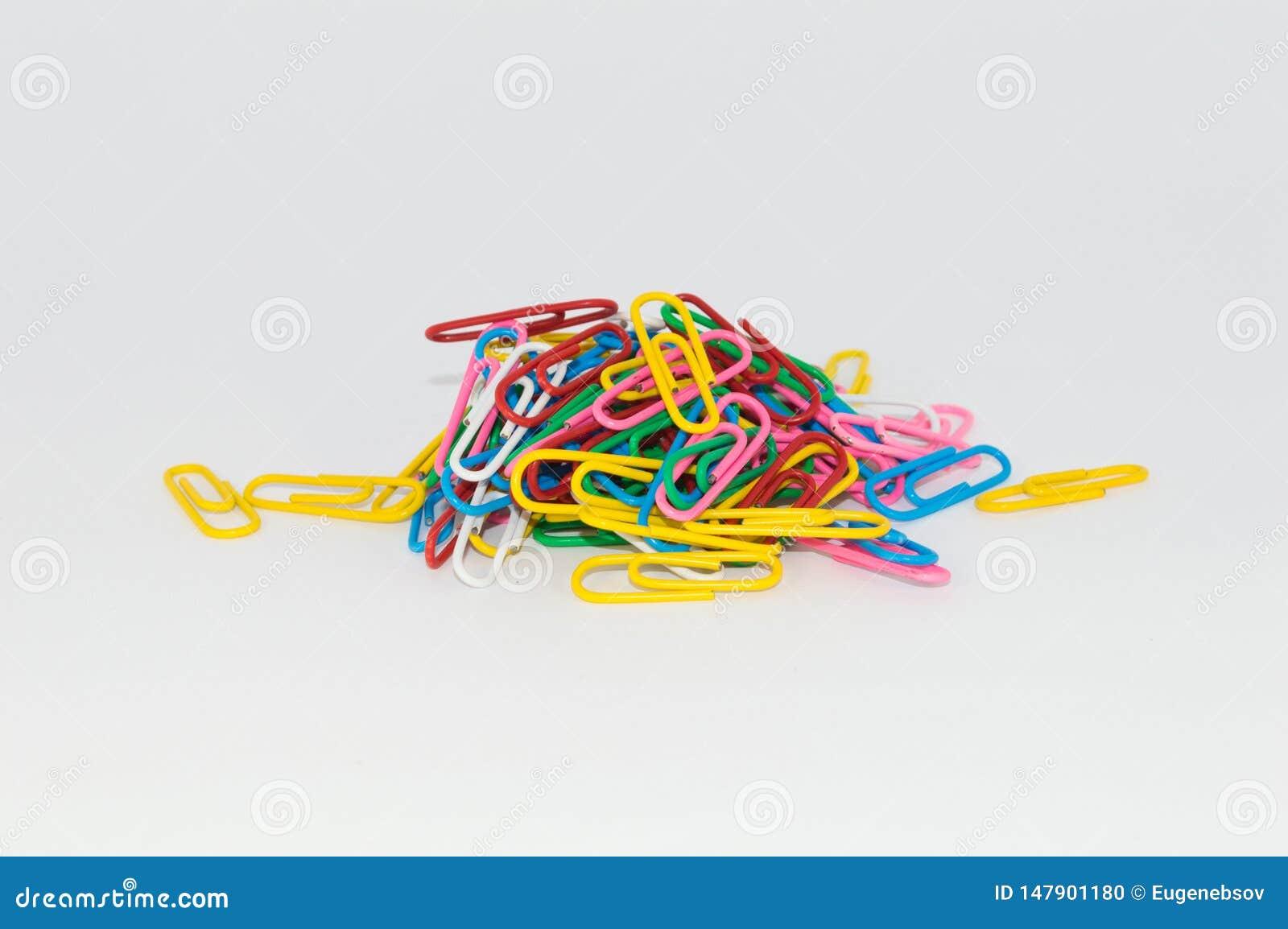 Trombones multicolores sur un fond blanc