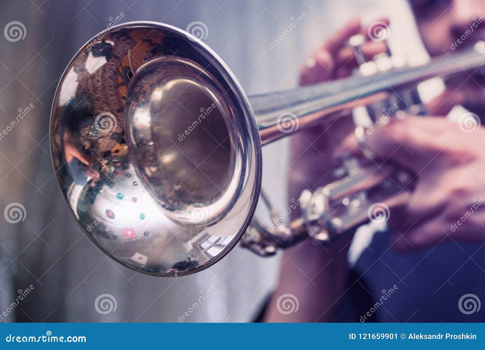 Trompeter spielt auf einer silbernen Trompete