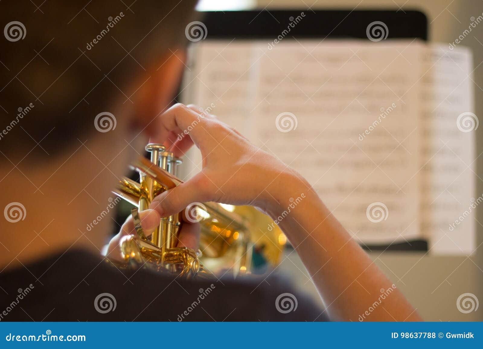 Trompette de pratique de la jeunesse
