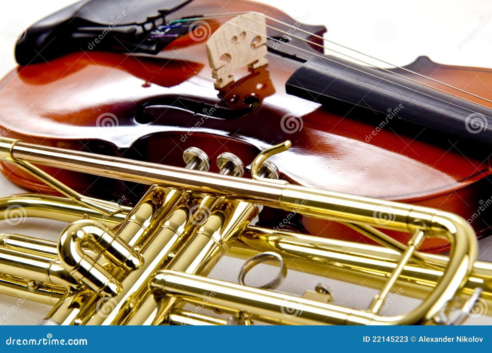 Trompette et fin brillante de violon vers le haut