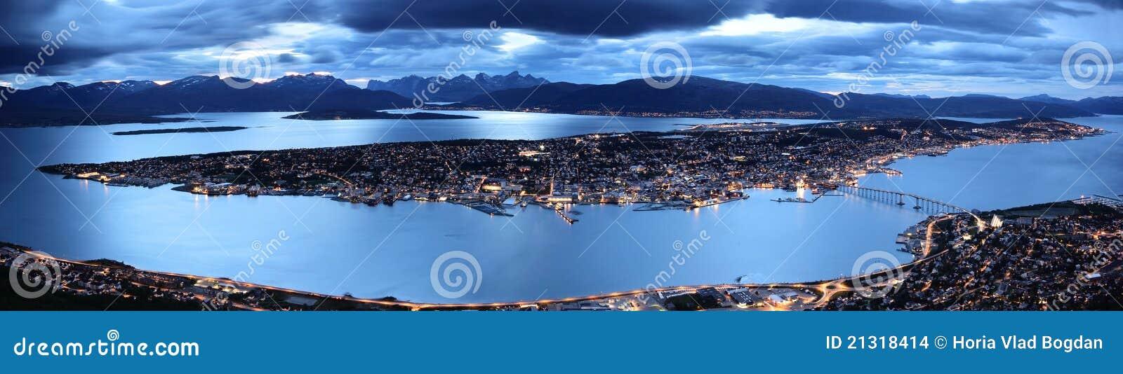Tromso door schemeringpanorama, noordelijk Noorwegen