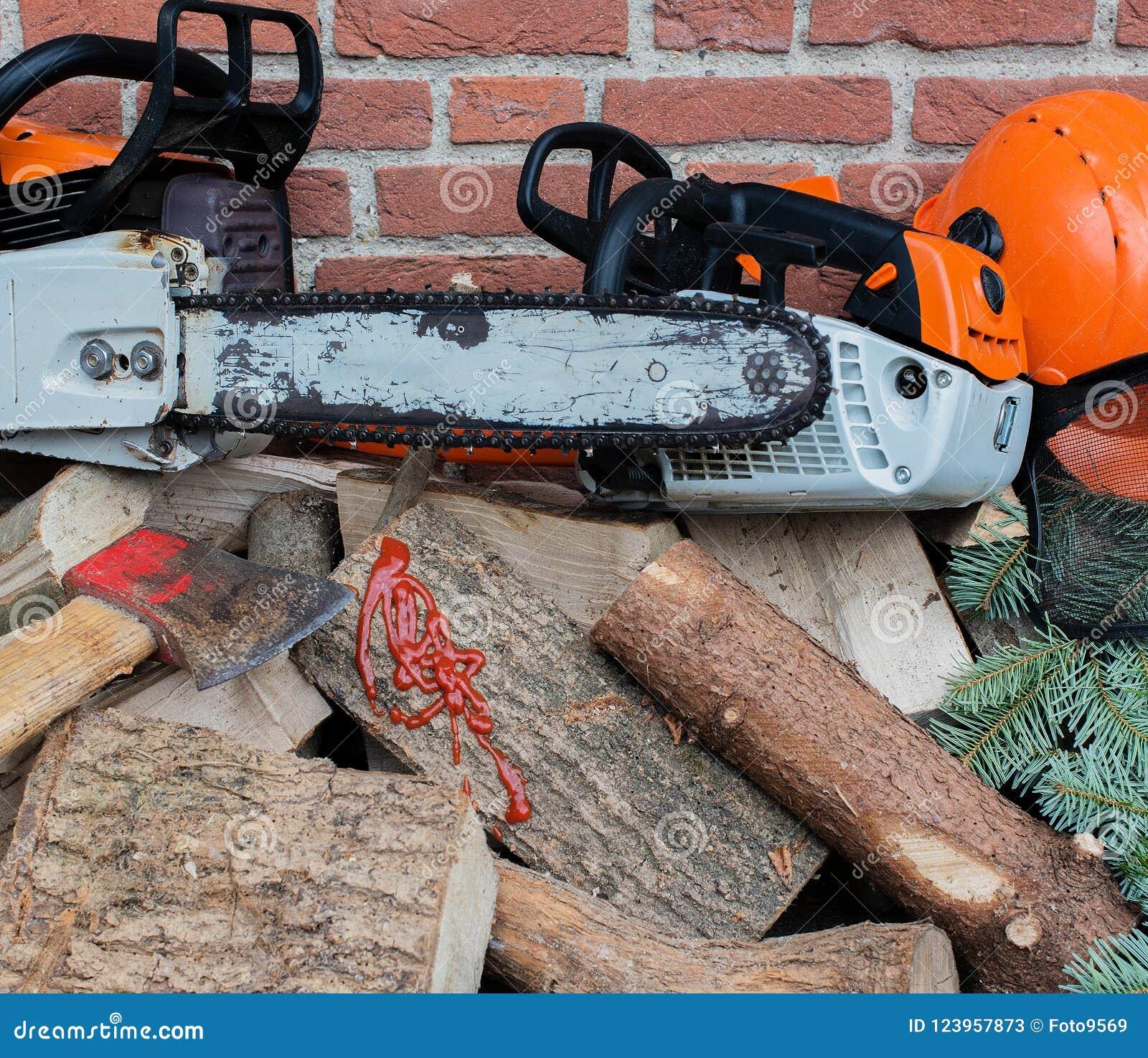 Tronçonneuse conduite par essence sur une pile en bois