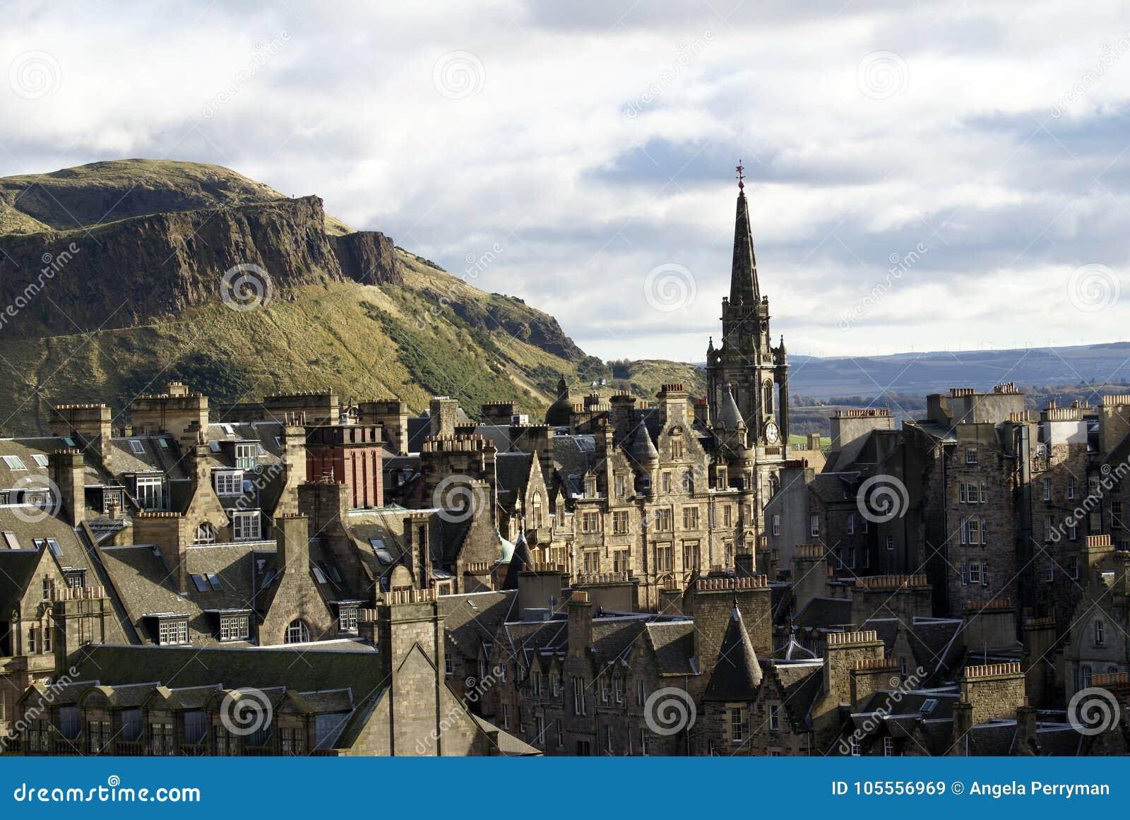 Tron Kirk Spire en ciudad vieja en Edimburgo