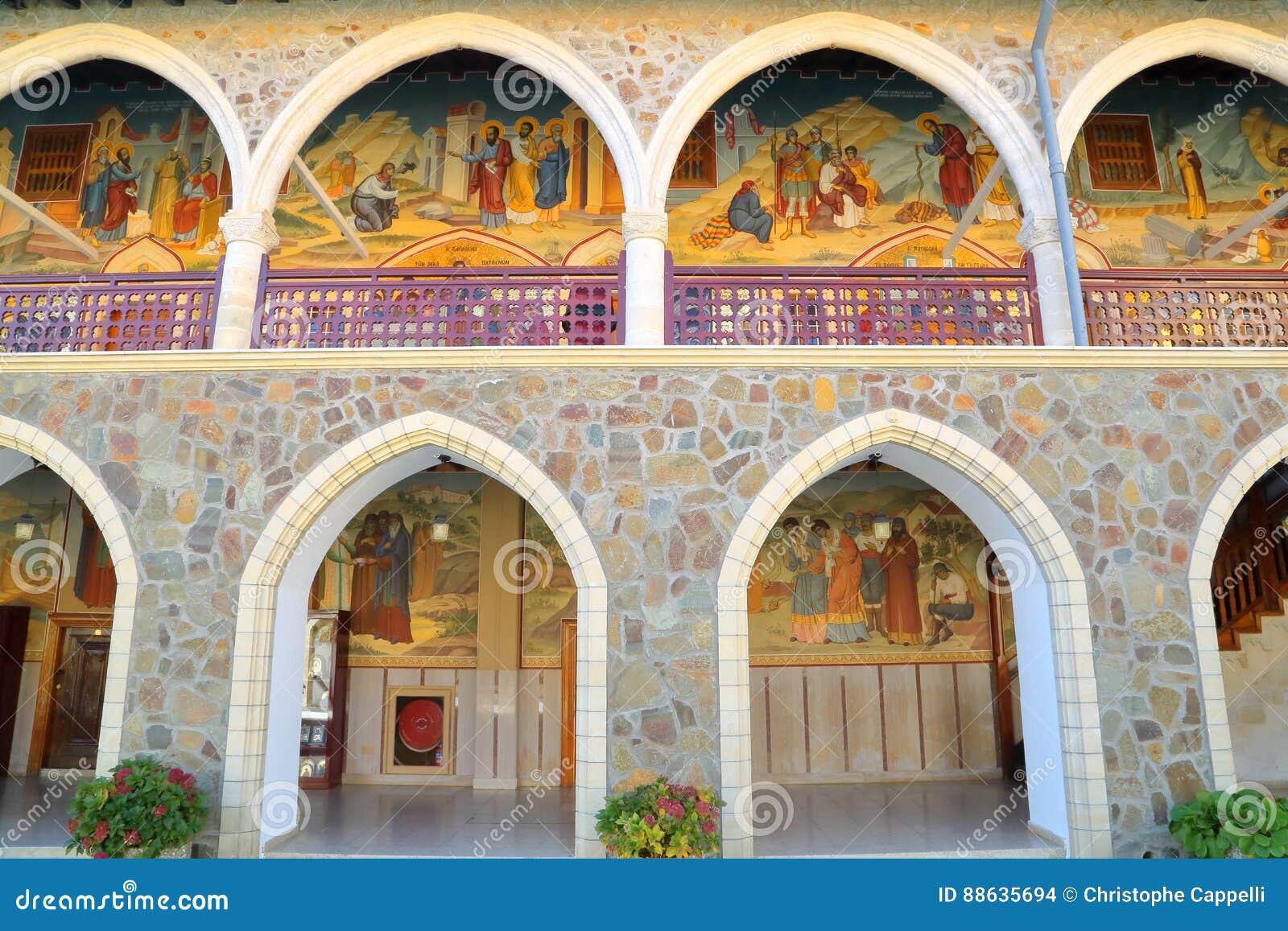 TROODOS ΒΟΥΝΑ, ΚΎΠΡΟΣ â€ «στις 18 Νοεμβρίου 2015: Τα arcades μέσα στο μοναστήρι Kykkos με τα ζωηρόχρωμα μωσαϊκά