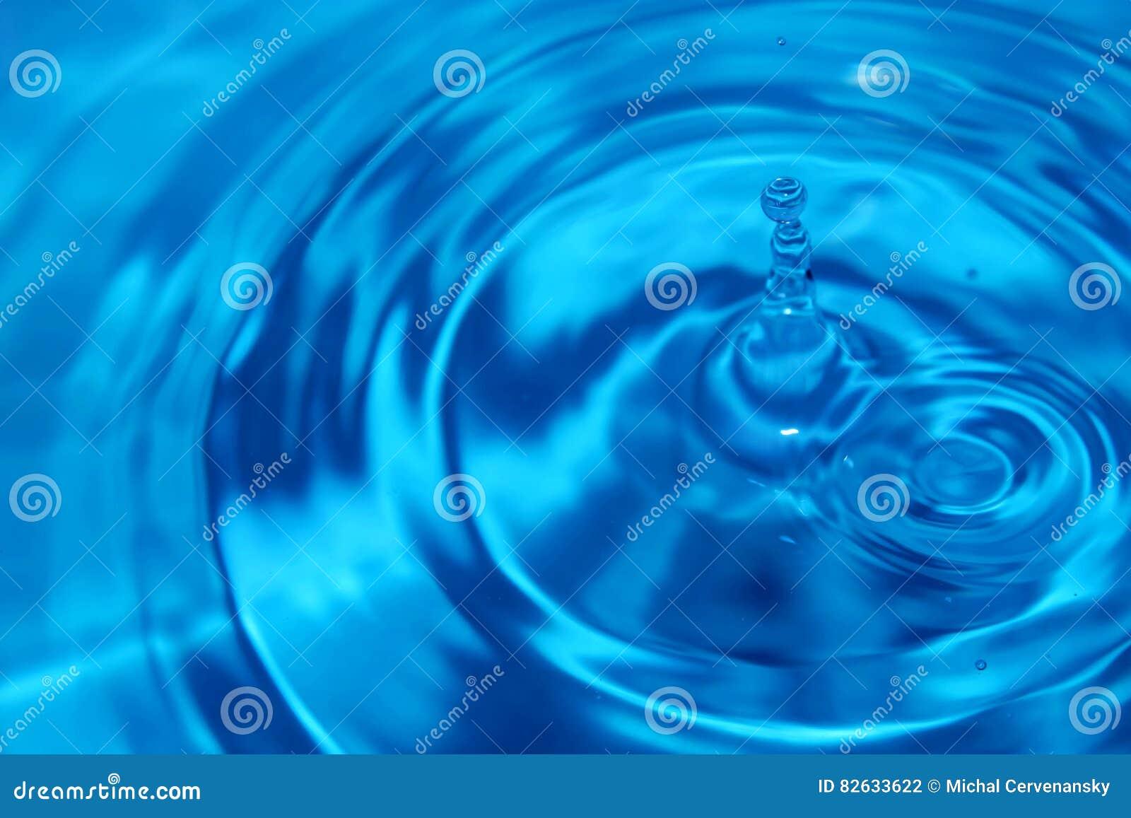 Tropfen des blauen Wassers mit Wellen auf der Oberfläche zweitens