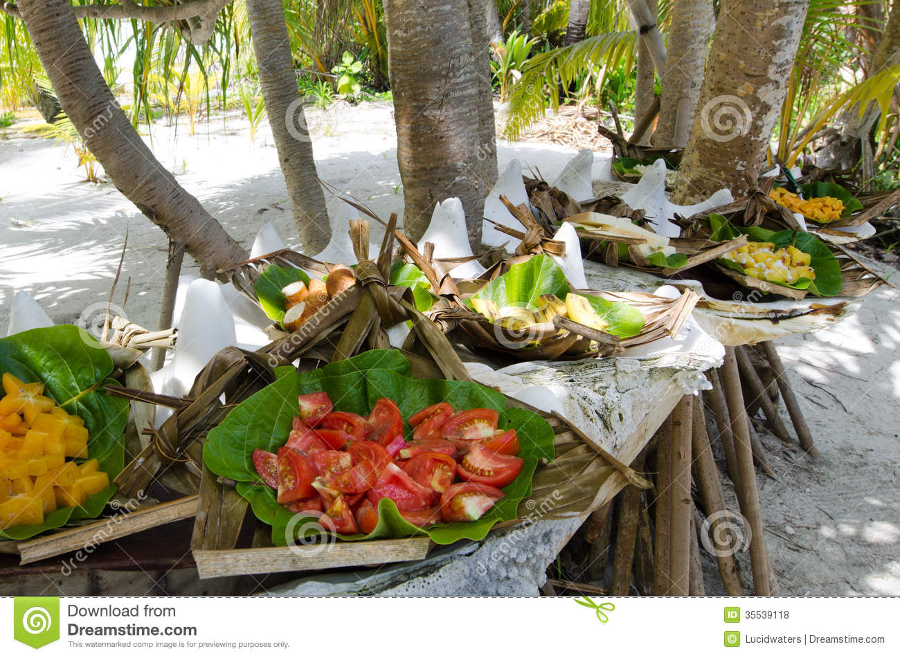 Tropical food served outdoor in aitutaki lagoon cook for Meal outdoors