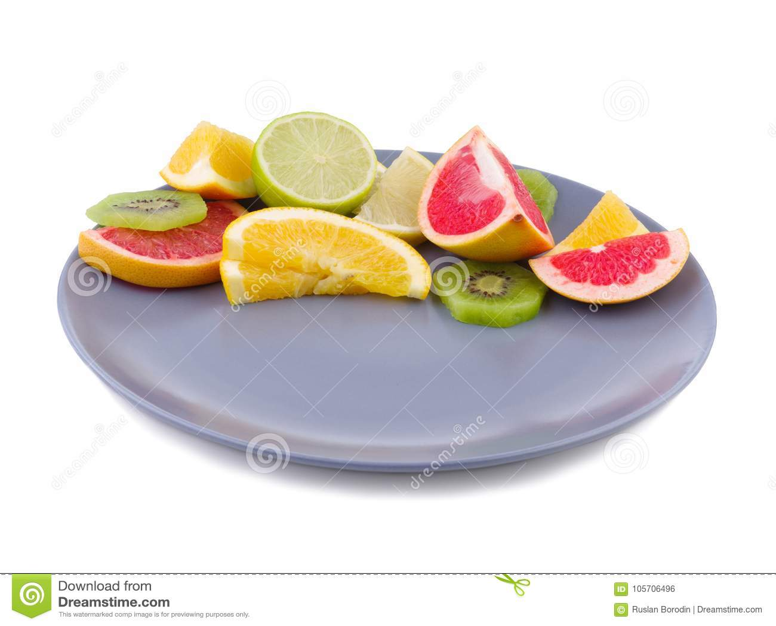 Tropikalna owoc wypełnia prawą połówkę talerz na białym odosobnionym tle