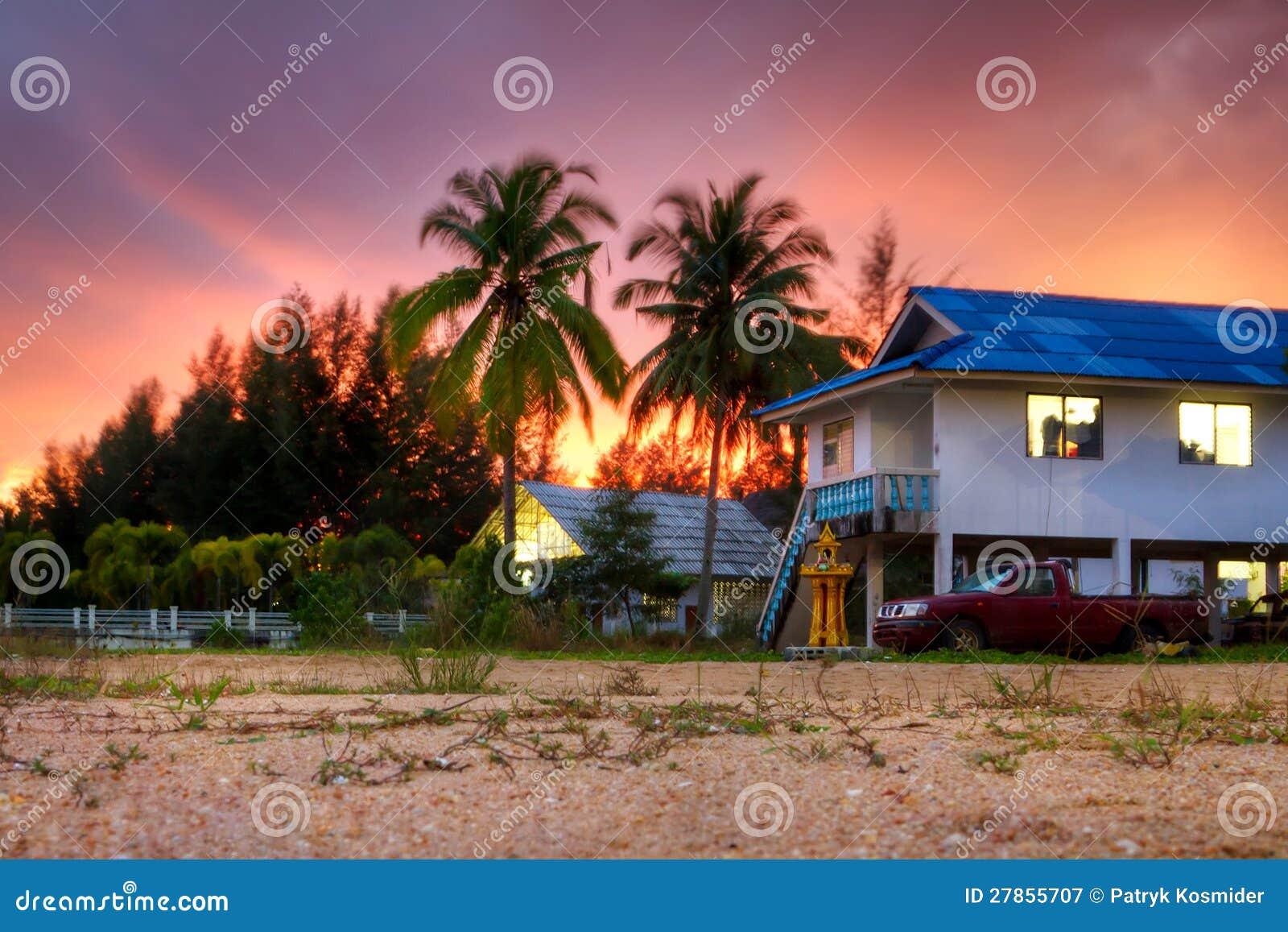 Tropikalna sceneria mała Tajlandzka wioska przy zmierzchem