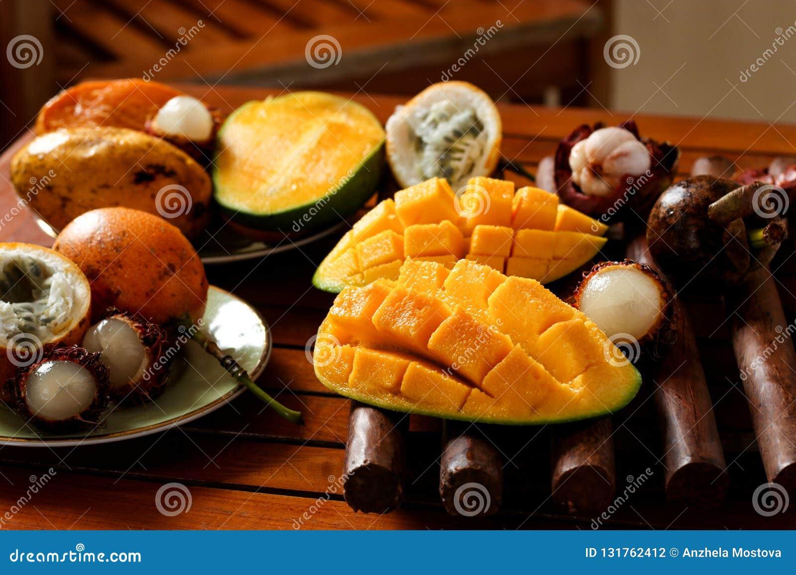 Tropikalne owoc: pasyjna owoc, bliźniarka, mangostan i mango,
