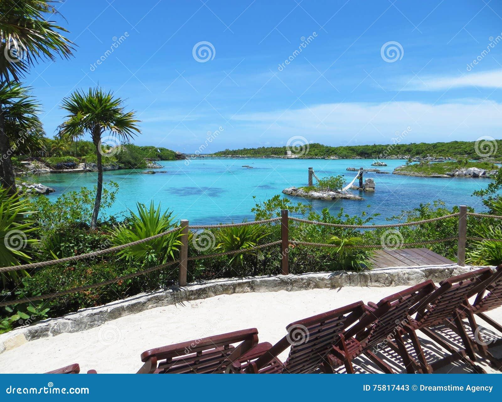 Tropikalnej wyspy Plażowego i Turkusowego błękita morze