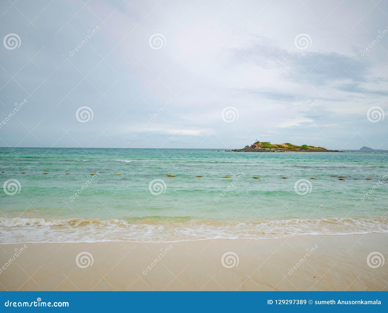 Tropikalny Idylliczny oceanu niebieskie niebo i piękna plaża w urlopowym czasie