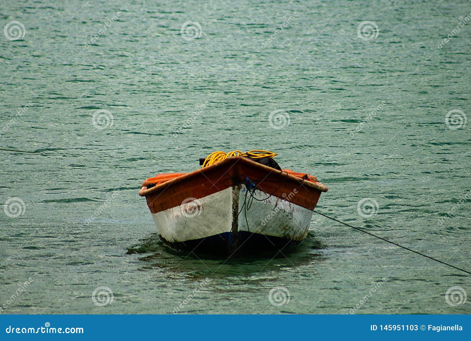 Tropisch paradijs typisch landschap: gekleurde houten die boten in het overzees worden gedokt Michesbaai of Sabana DE La Mar noor