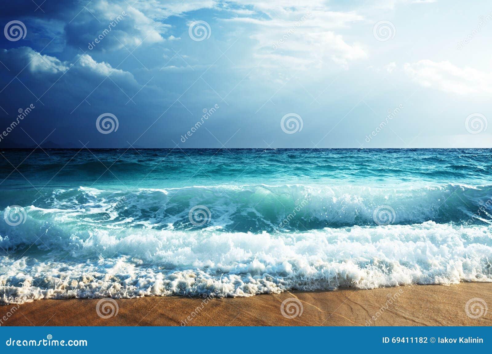 Tropisch strand in zonsondergangtijd